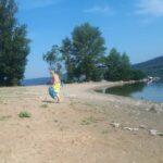 Мережа шокована його вчинком. Іноземець приїхав на Буковину і щоранку збирає сміття на Дністрі.